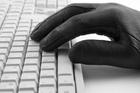Tastatur mit schwarzer Hand