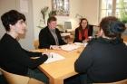 Guter Rat: Die Studenten Max Joite und Jacqueline Metzing beraten gemeinsam mit der Anwältin Gabriela Lünsmann (Mitte) eine Mandantin in der Bucerius Law Clinic.
