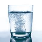 Glas Wasser mit Kopfschmerztablette